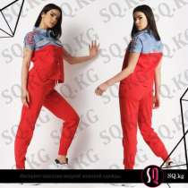 Брючный костюм красного цвета с джинсовыми вставками, в г.Бишкек