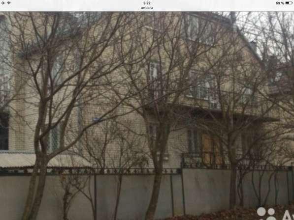 Продается трехэтажный дом из белого кирпича