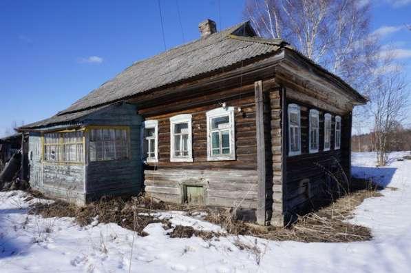 Бревенчатый дом в тихой деревне, рядом с речкой