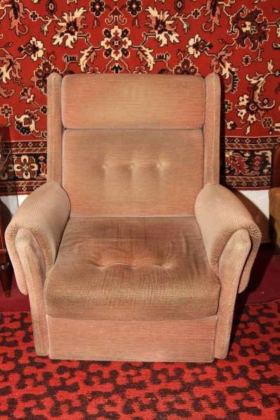 Два светлых велюровых кресла