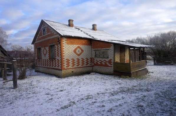 Бревенчатый дом в жилом селе, с хорошим подъездом, на берегу