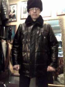 Продаю кожаный пуховик мужской,эксклюзивная дизайнерская вещ, в Барнауле