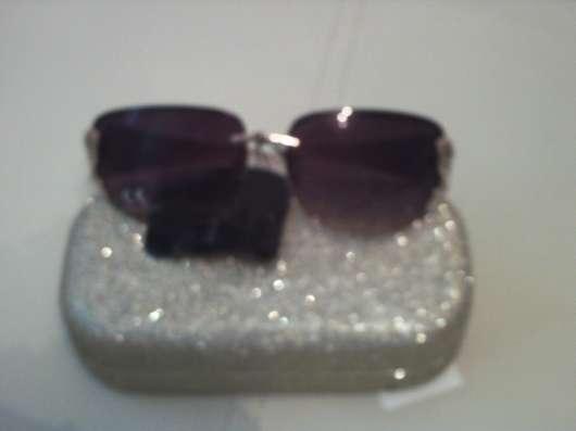 Солнцезащитные очки в футляре