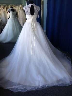 Пышное свадебное платье со шлейфом и маечкой