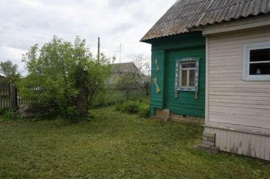 Бревенчатый дом в тихой деревне, на берегу реки, с хорошим п