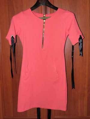 Платье на молнии сзади, с коротким рукавом молния с переди и