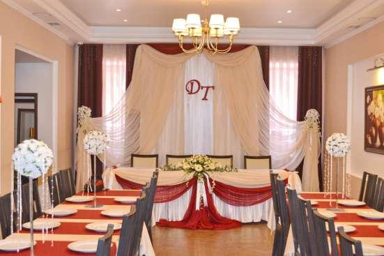 Оформление свадебного зала тканями, цветами, шарами