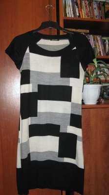 Платье из тонкого трикотажа с коротким рукавом