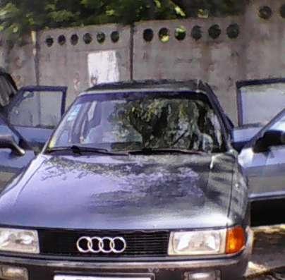 Автомобиль седан AUDI 80